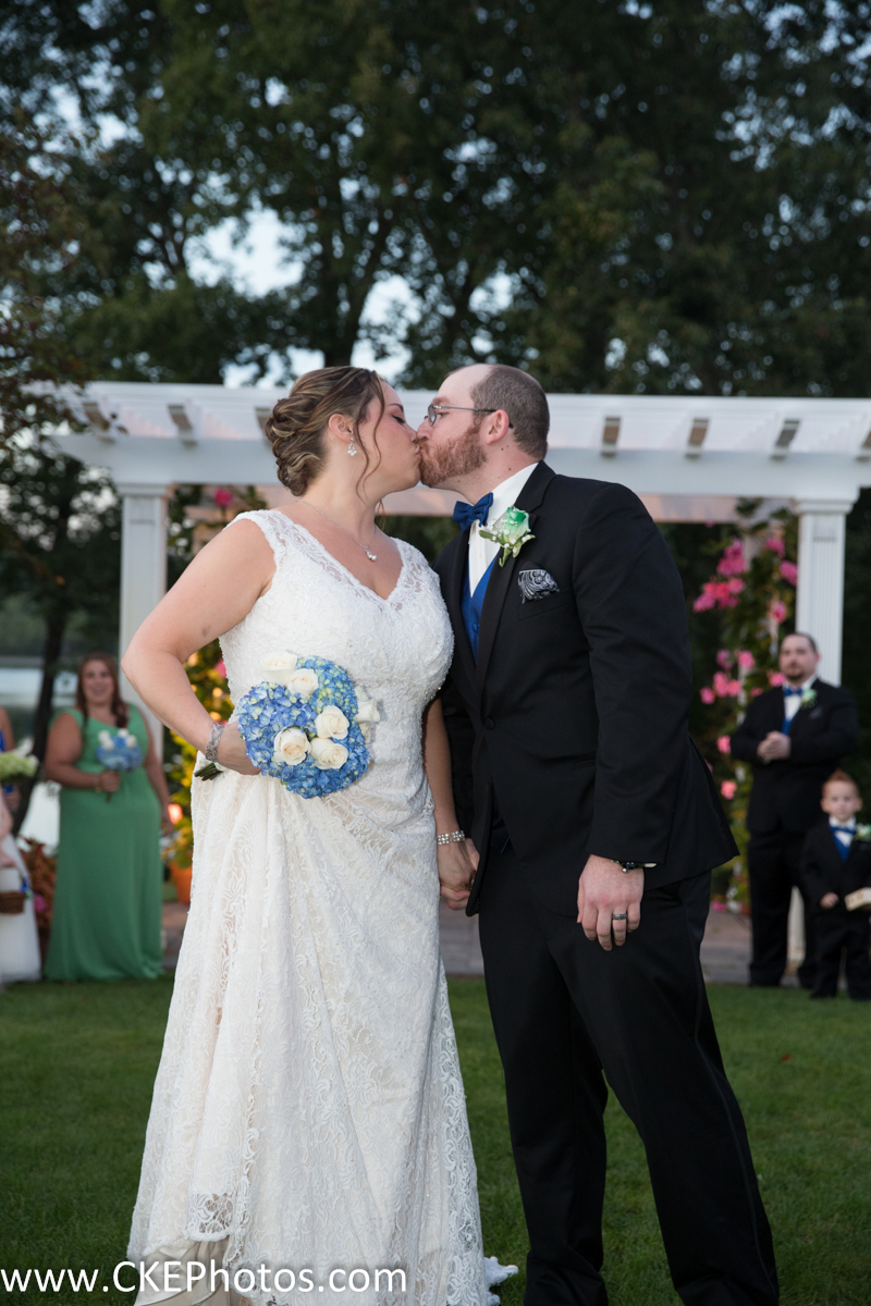 CKE captures Kristen and Chris Kraus sharing a kiss!